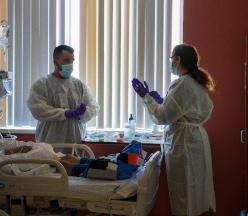 Docente y alumno en la habitación del paciente.