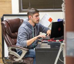 Estudiante de neurología trabajando en equipo.