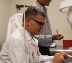 Dr. Vivani en el laboratorio.