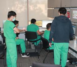 Estudiantes de pie en la oficina.
