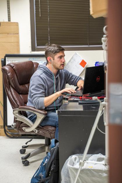 Membro do laboratório trabalhando no computador.
