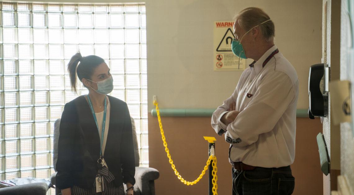Dr. Posse falando com o aluno.