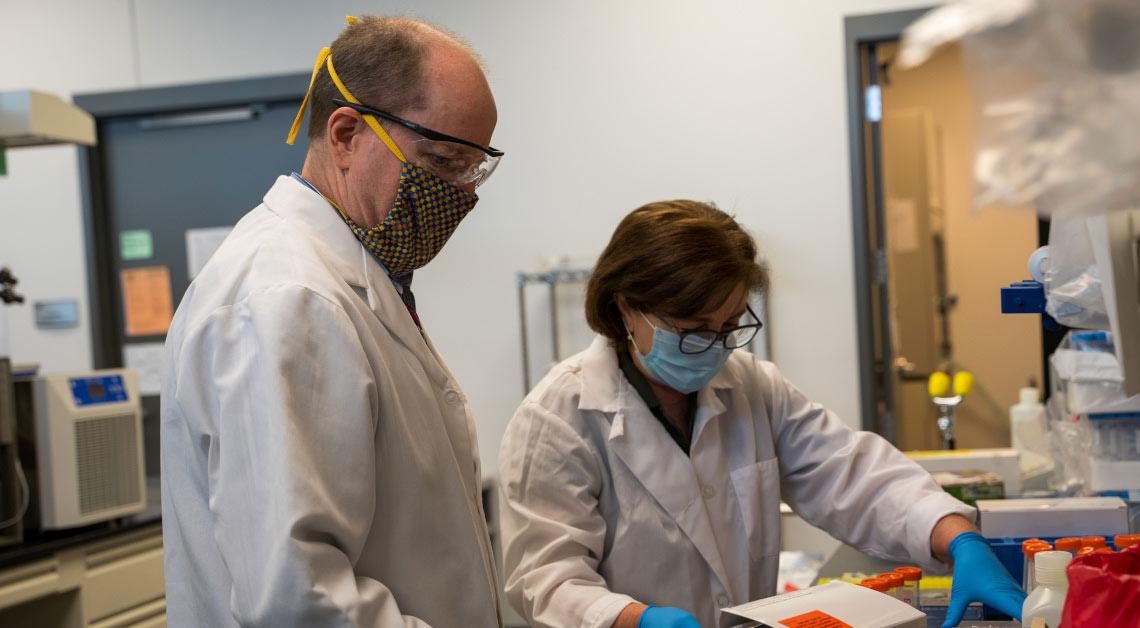 Roitbak e Thompson trabalhando no laboratório.