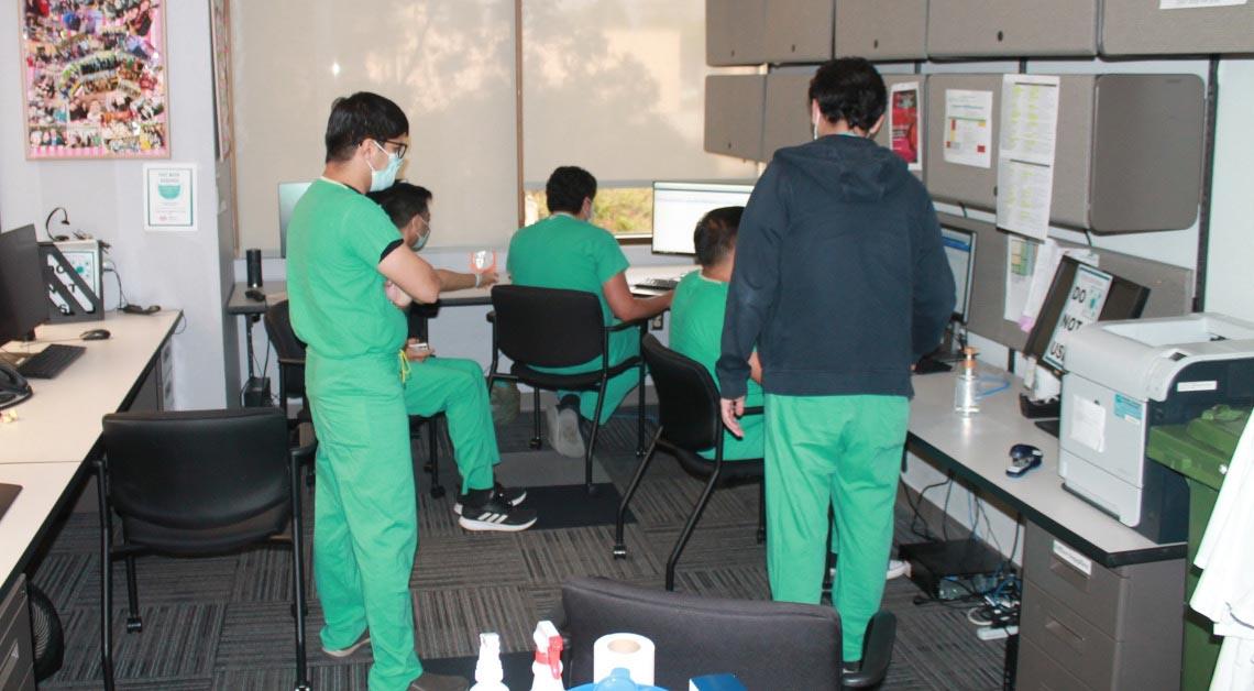 Alunos trabalhando juntos em uma sala de estudos.