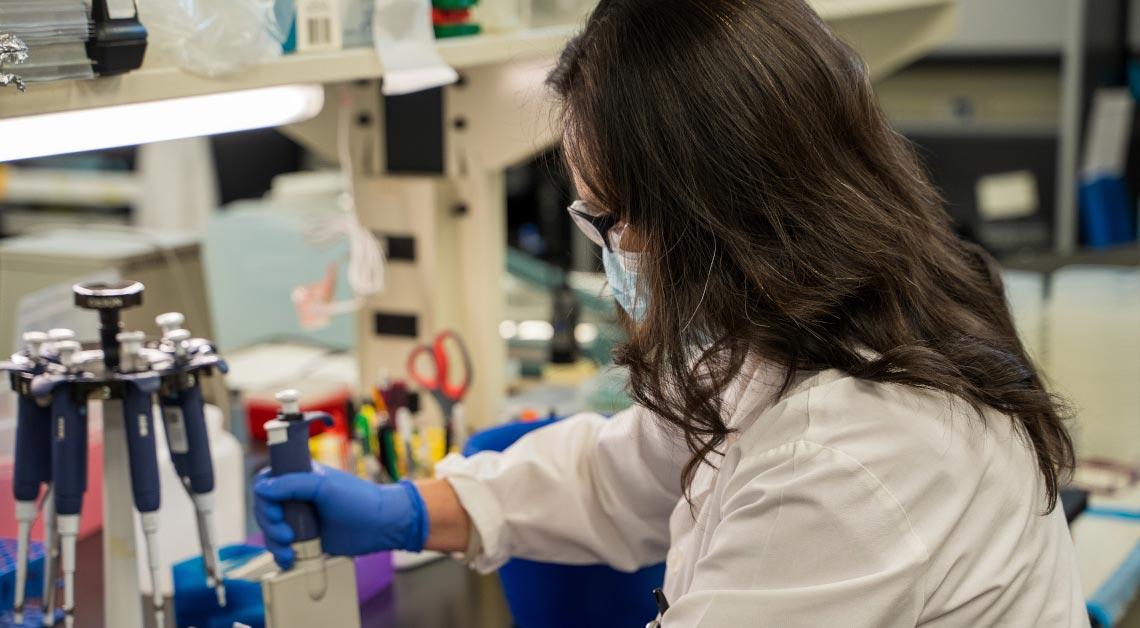 Yi Yang trabalhando no laboratório.