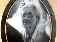 年配の女性の画像。
