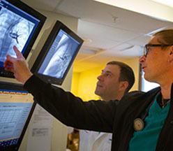 Residentes mirando imágenes de radiología