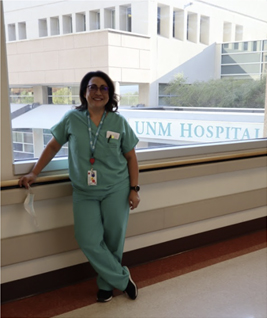 一名学生站在 UNM 医院前