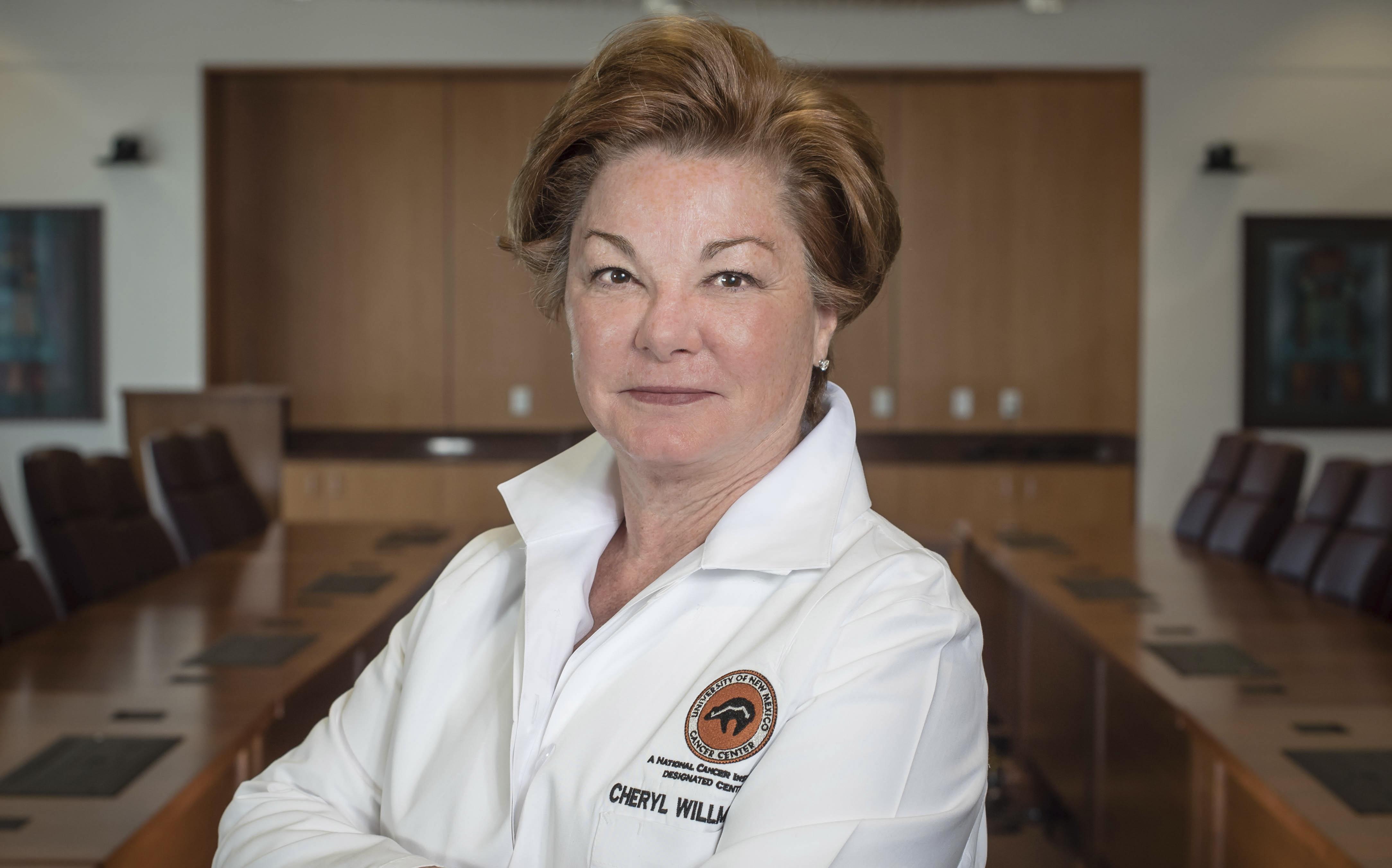 Dr. Cheryl Willman fuera del Centro Integral de Cáncer de la UNM