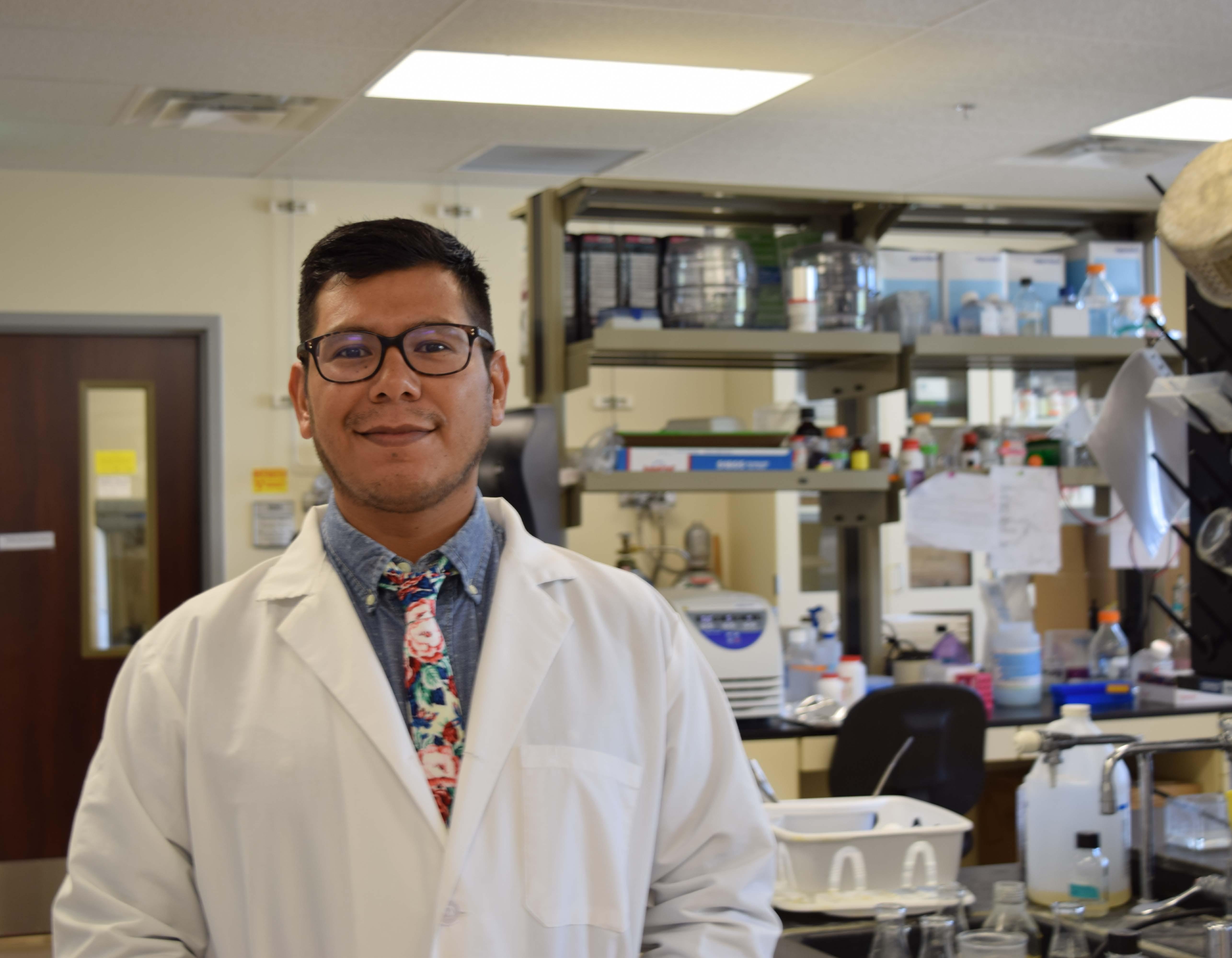 Eliseo Castillo en el laboratorio