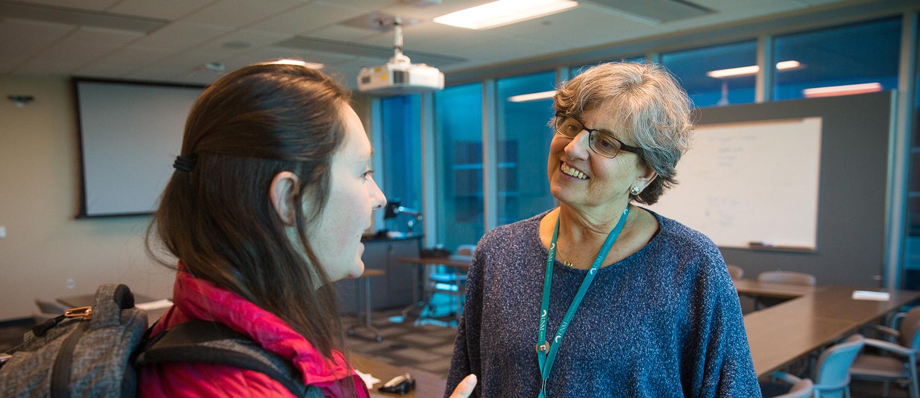 Elizabeth Lawrence, MD hablando con alguien