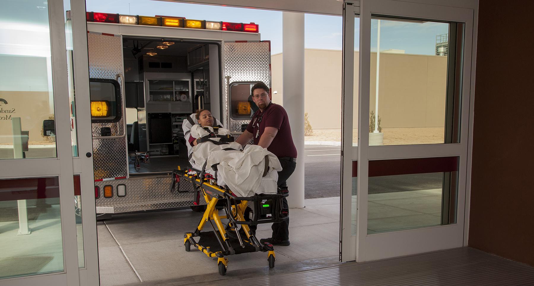 Un paciente que es llevado a la sala de emergencias en ambulancia.