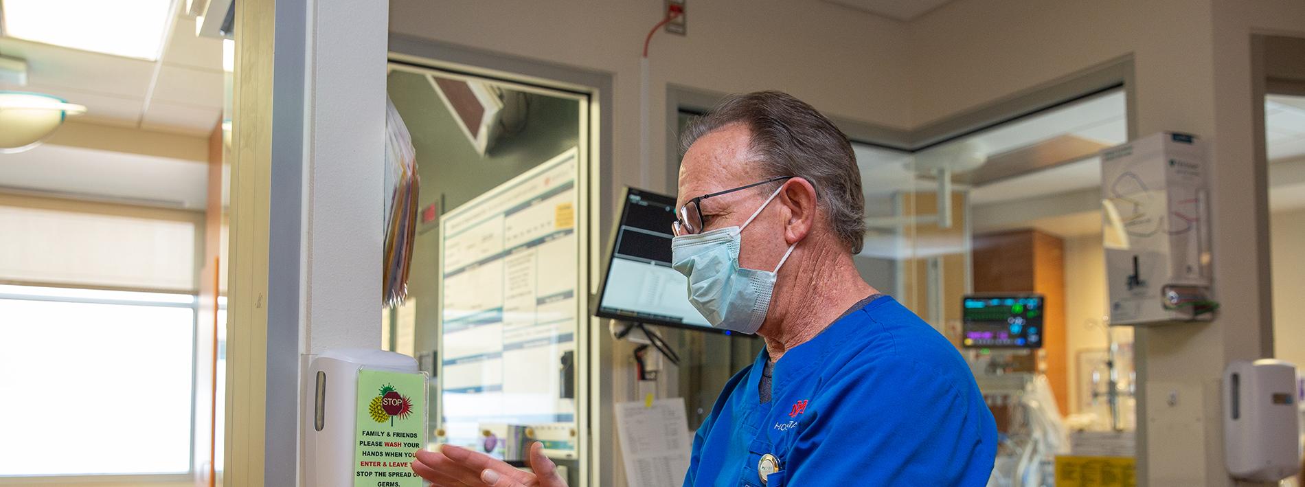 Un doctor con mascarilla