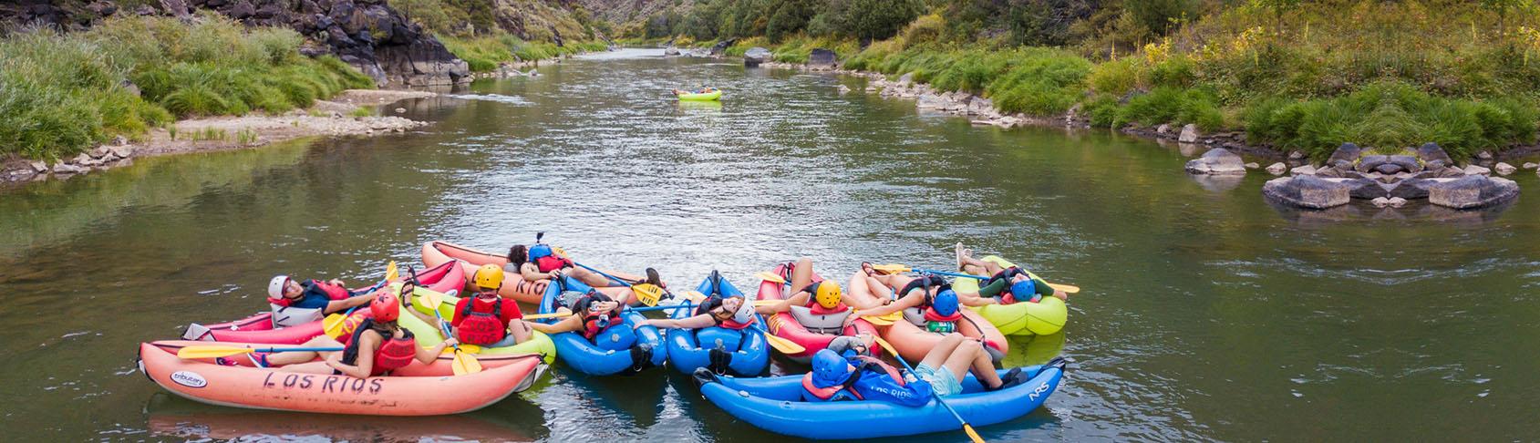 Un grupo de personas flotando por un río en intertubos.