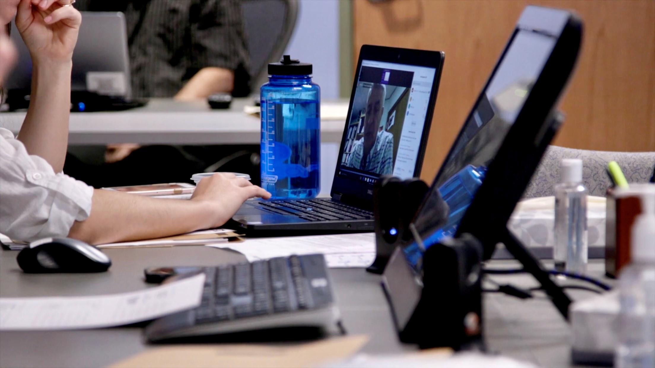 Persona en un portátil en una reunión de Zoom