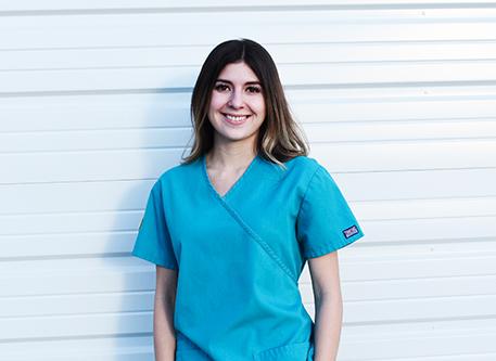 Estudiante de Enfermería BSN en Scrubs