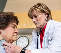 Doctor examinando a una mujer madura.