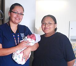 Enfermeira examinando a mulher grávida.