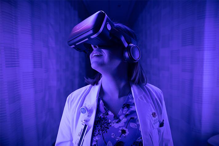 Enfermería con equipo de realidad virtual.