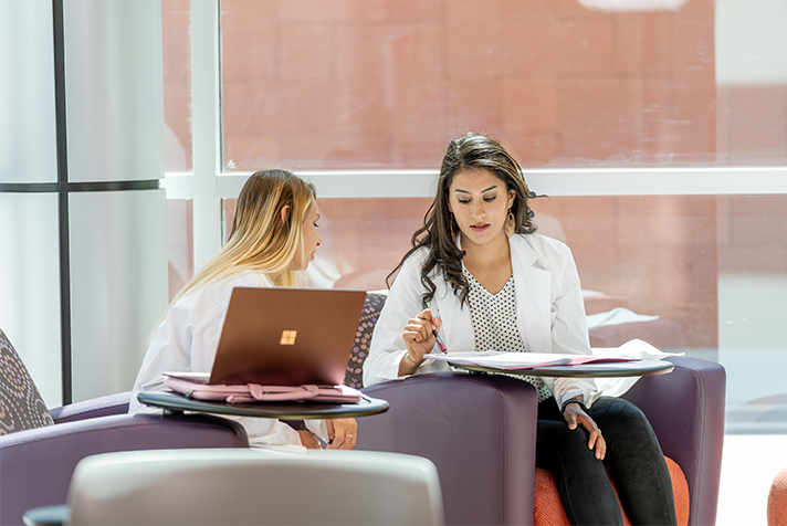 dos estudiantes con computadoras