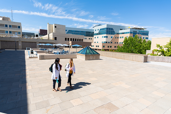 Estudiantes de enfermería caminando en el campus.