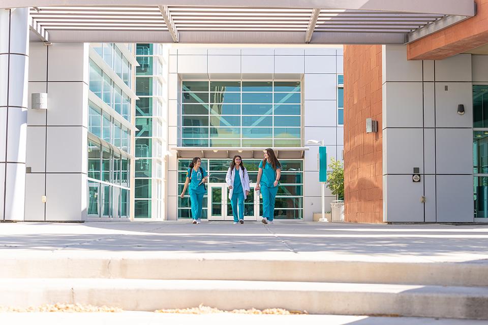 3 estudiantes caminando.