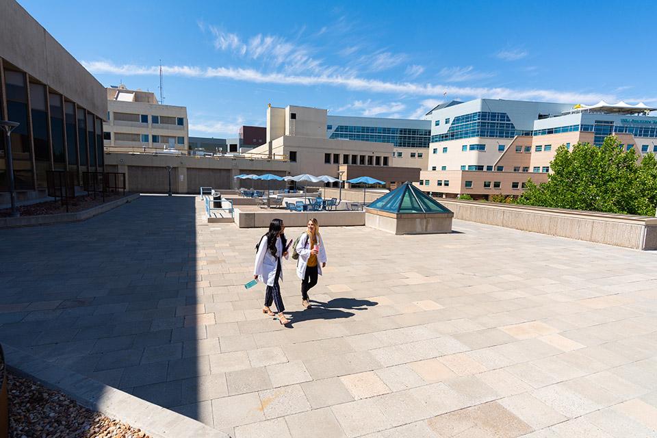 Estudiantes de enfermería caminando por el campus.