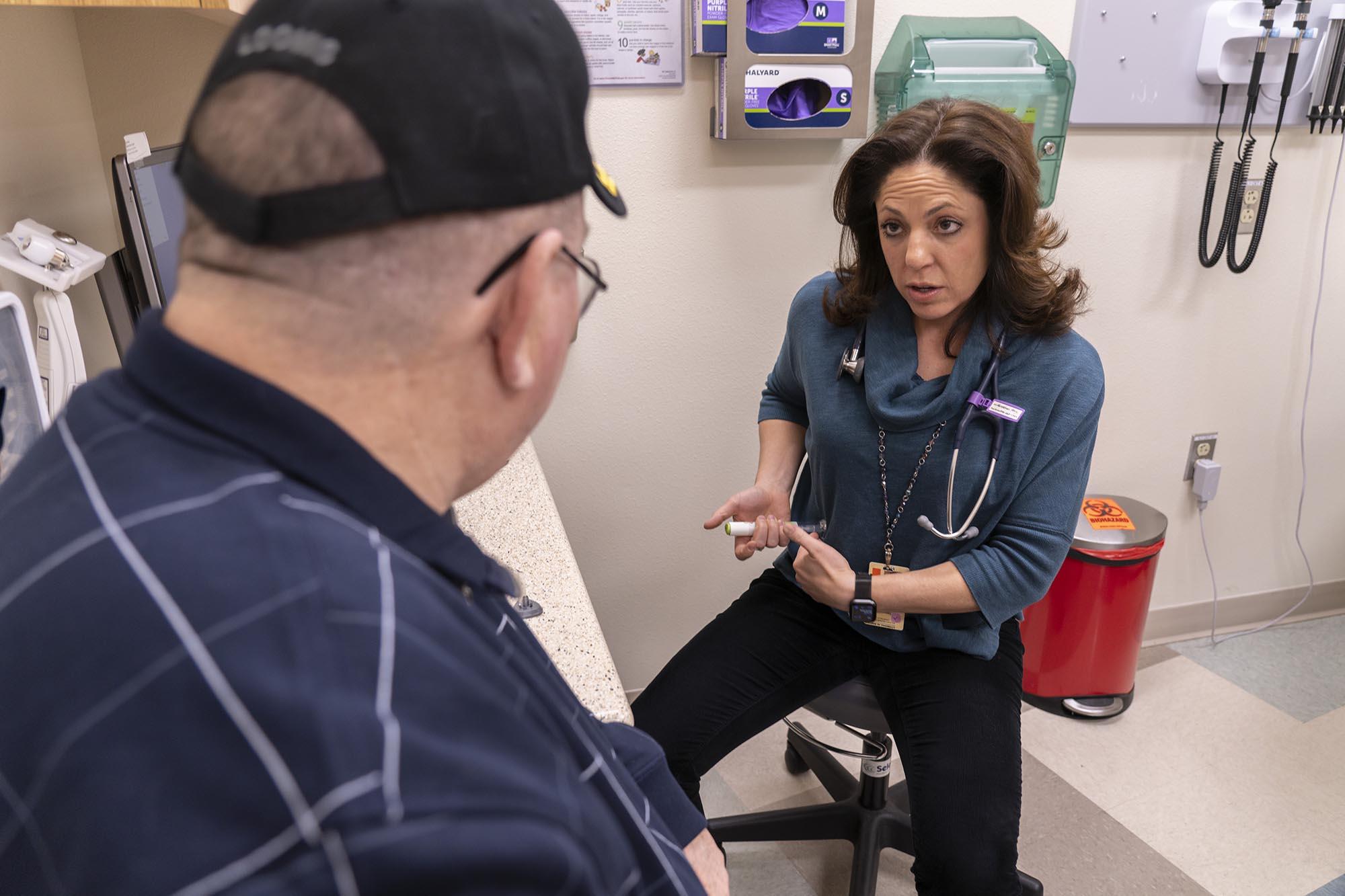 Alumna Gretchen Ray, PhC che consulta un paziente.