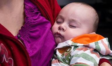 若い女の子の世話をする看護師。