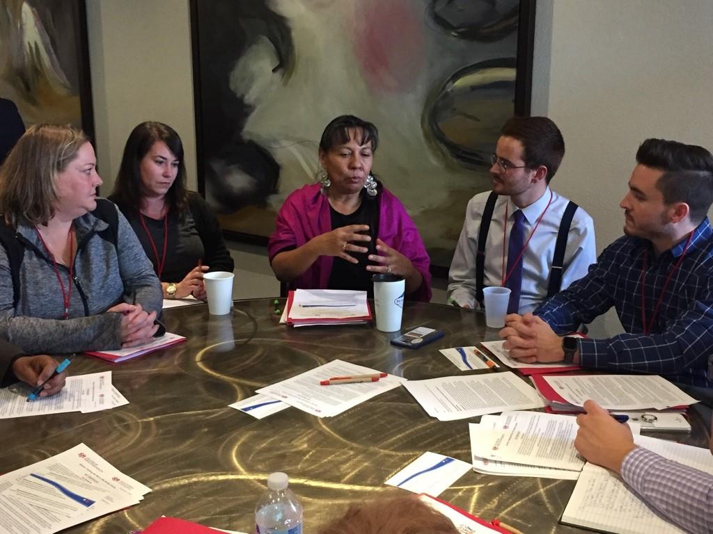 Discussão em pequenos grupos em torno da mesa