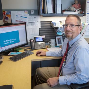 Christopher Morris trabajando en su escritorio.