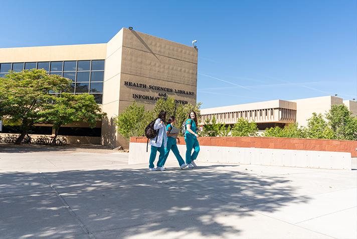 Estudiantes de enfermería caminando por el campus
