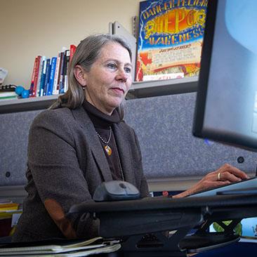 Karla Thornton en un escritorio