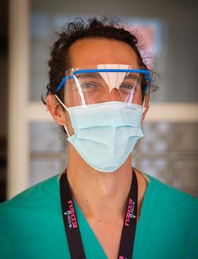 Brandon Quinn con máscara.