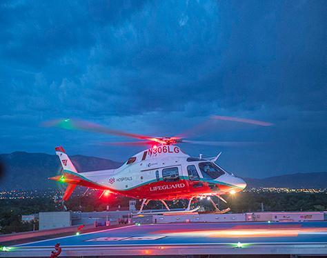 Helicóptero médico despegando.