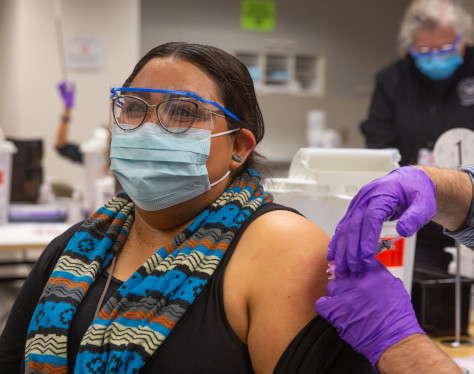 Marsha Castillo recibiendo la vacuna.