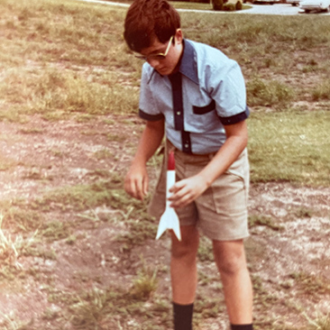 एक बच्चे के रूप में जेफ गोर्वेट्ज़ियन एक रॉकेट लॉन्च करने के लिए तैयार हो रहा है।