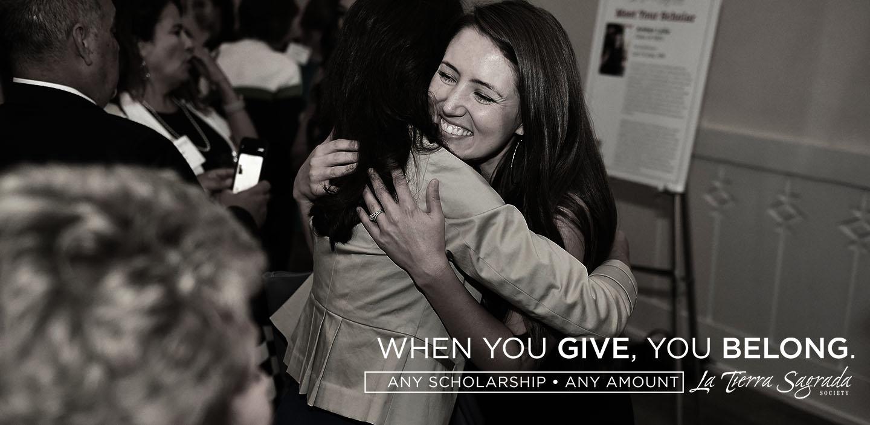 छात्रवृत्ति प्राप्तकर्ता अपने संरक्षक को गले लगाता है